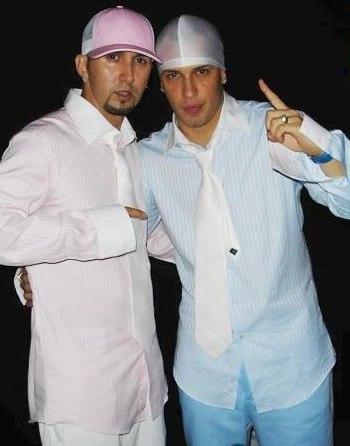 Foto de Alexis y Fido con corbata blanca