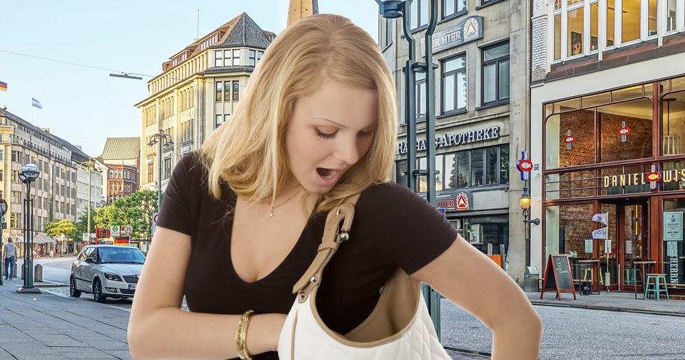 Frau-findet-Gegenstand-in-Handtasche-auf-Anhieb
