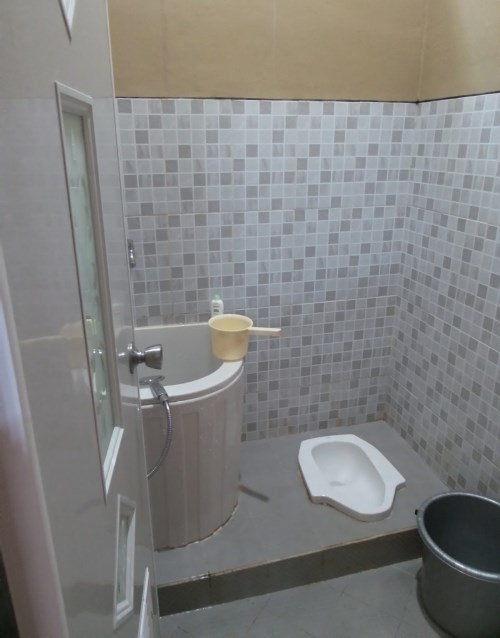 kamar mandi dengan kloset jongkok