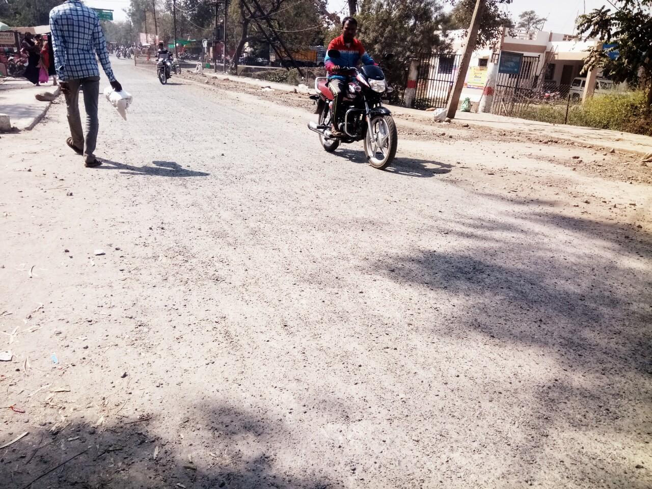 Thandla News-थांदला नगर के मुख्य मार्ग पर बना सीसी रोड एक माह मे ही खराब