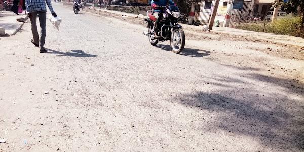 थांदला नगर के मुख्य मार्ग पर बना सीसी रोड एक माह मे ही खराब