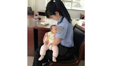 Viral, Seorang Petugas Pengadilan Menyusui Anak Terdakwa