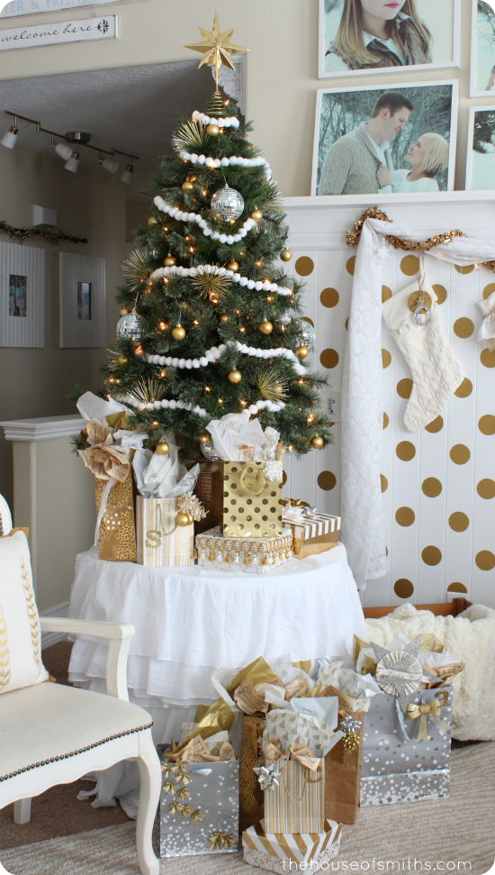 Gold Christmas home decor - thehouseofsmiths.com #golddecor #christmasdecorating #houseofsmiths #christmasshelfdecor #christmasdecoratingideas