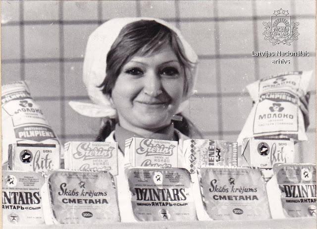 1976 год. Rīgas piena kombināta darbiniece Svetlana Saraņina demonstrē kombināta produkcijas paraugus