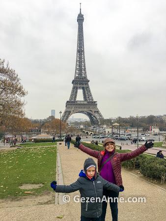 Paris Eyfel Kulesi'nda hatıra fotoğrafı