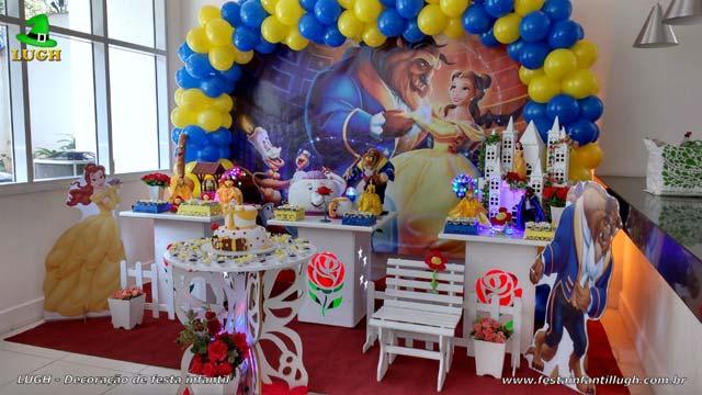 Decoração Bela e a Fera para a mesa do bolo de aniversário infantil