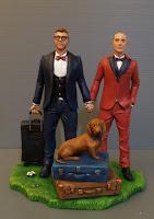 sposini uomini torta matrimonio tema viaggio trolley cane bassotto orme magiche