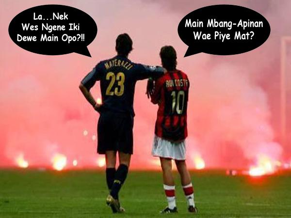 foto lucu lapangan sepak bola dilempari gas air mata