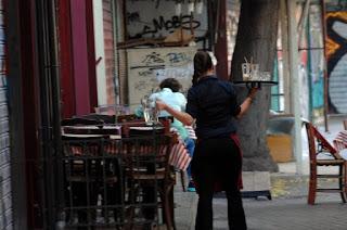 Καλαμάτα: Η σερβιτόρα έμαθε την αλήθεια από τις κάμερες ασφαλείας – Λύθηκε το μυστήριο που την προβλημάτιζε!