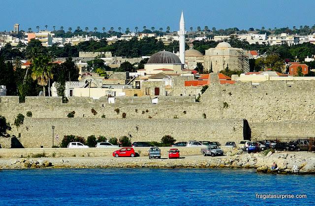 O horizonte de Rodes marcado por traços de diversas culturas: o Templo de Apolo, a Mesquita de Suleiman e as muralhas dos Cruzados