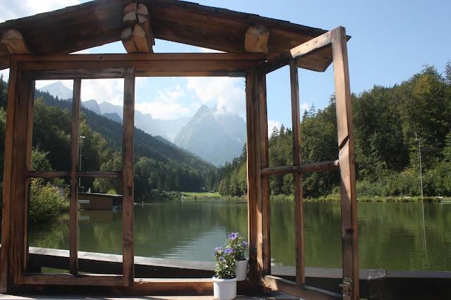 Fenster zum See - Heiraten in Bayern, Hochzeit in den Bergen von Garmisch-Partenkirchen, Riessersee Hotel - getting married in Bavaria, Bavarian style wedding, dunkelblau und bunte Wiesenblumen