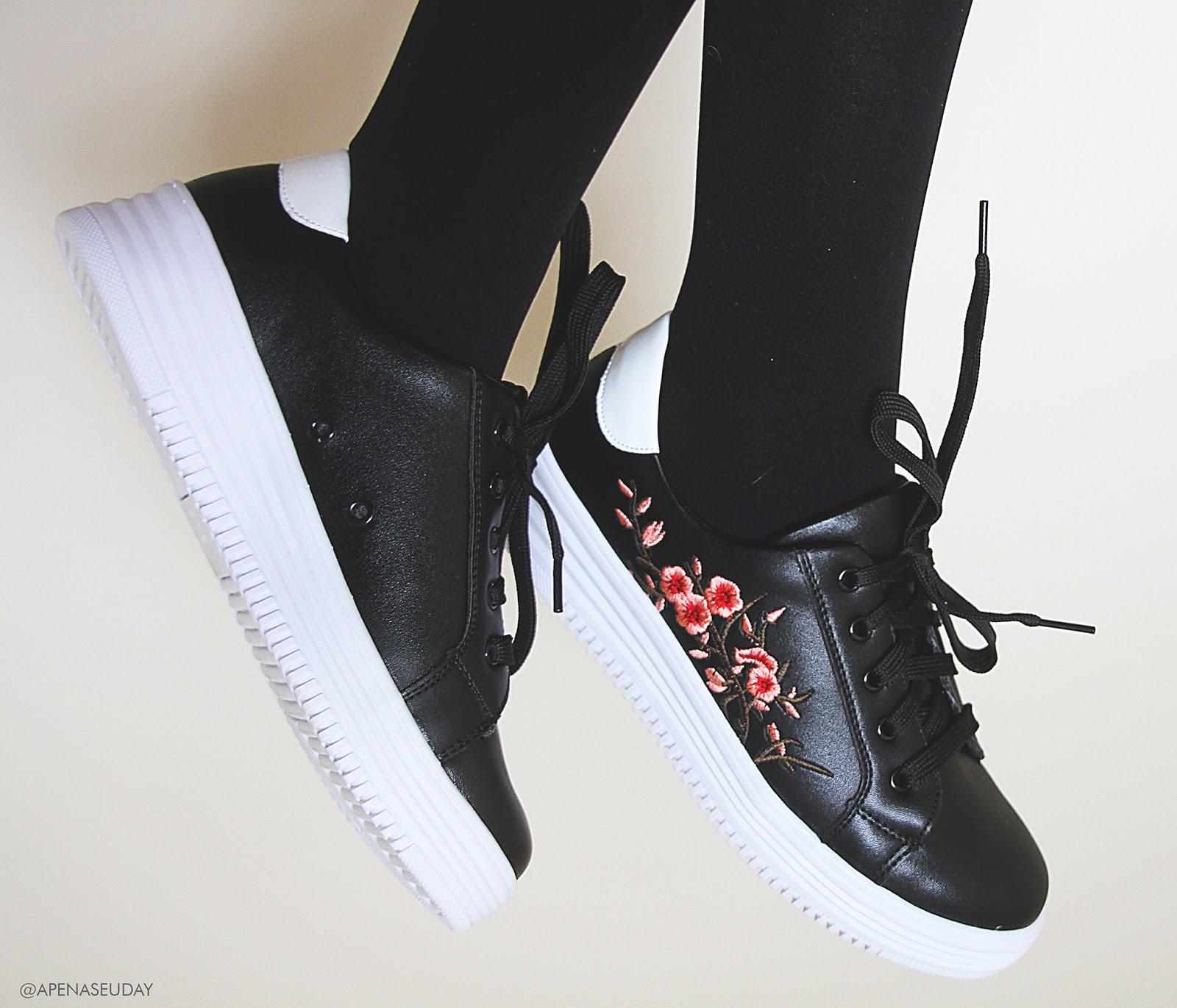 Resenha tênis preto Mooncity com bordado de cerejeira. Perfeito para fazer diversas combinações com conforto e estilo kawaii. Saiba mais agora!