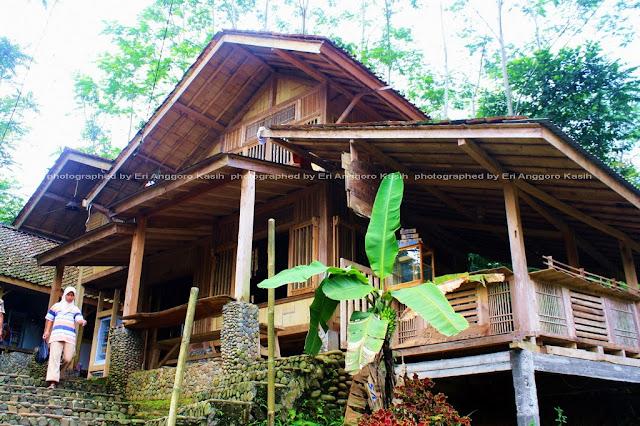 Rumah kayu di jalan setapak menuju Kampung Naga