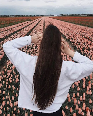 pose tumblr en el campo con flores