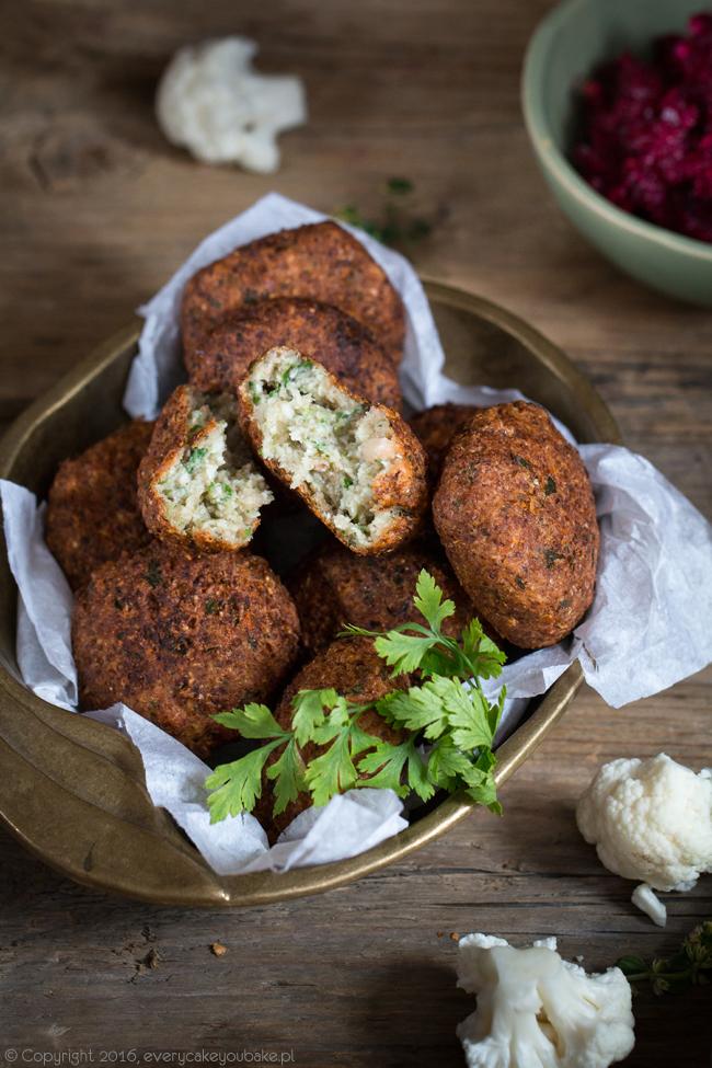 arabskie pikantne kotleciki falafel z kalafiora z dipem buraczanym