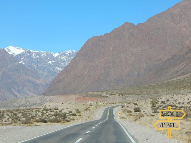 Caminho do passeio nas montanhas entre Mendoza e Chile