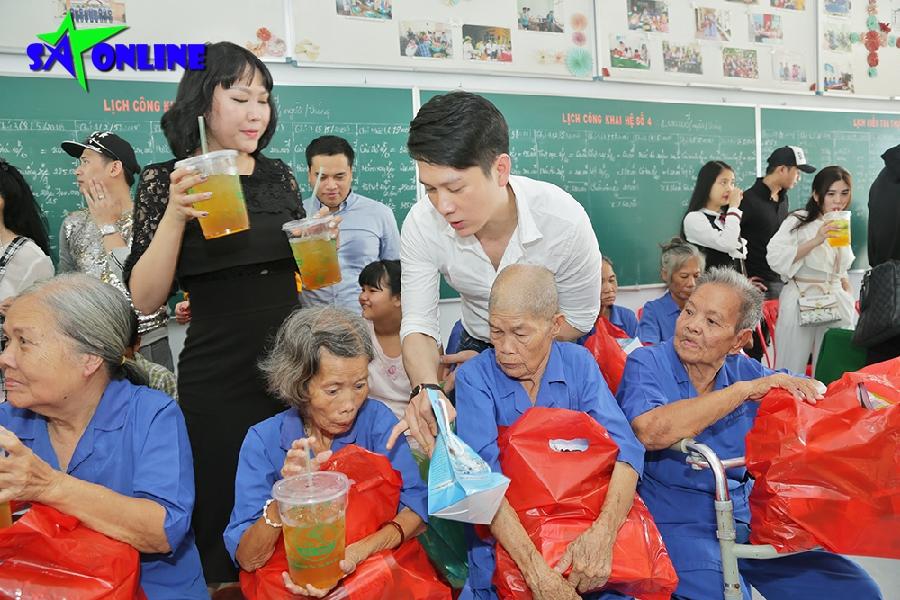Phi Thanh Vân Cùng Thái Chí Hùng đem Sữa Tắm Trà Tắc Tặng Các Cụ