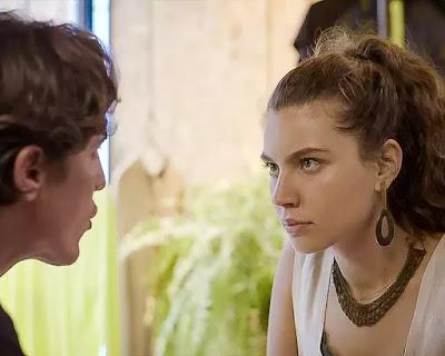 Rui (Romulo Arantes Neto) pergunta se Rita (Alanis Guillen)