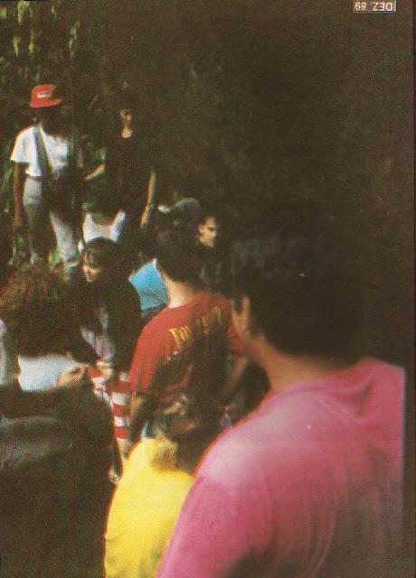 Foto 11 - Hora do almoço, próximo ao ponto culminante do Mestre Álvaro. Aproveitando-se da rocha para abrigar-se da chuva e do frio, os excursionistas fazem seu lanche. Foto do autor, outubro de 1989.