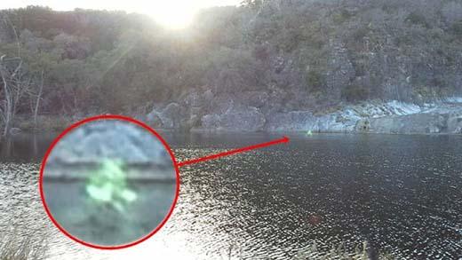 Extraña figura resplandeciente es captada caminando sobre el agua
