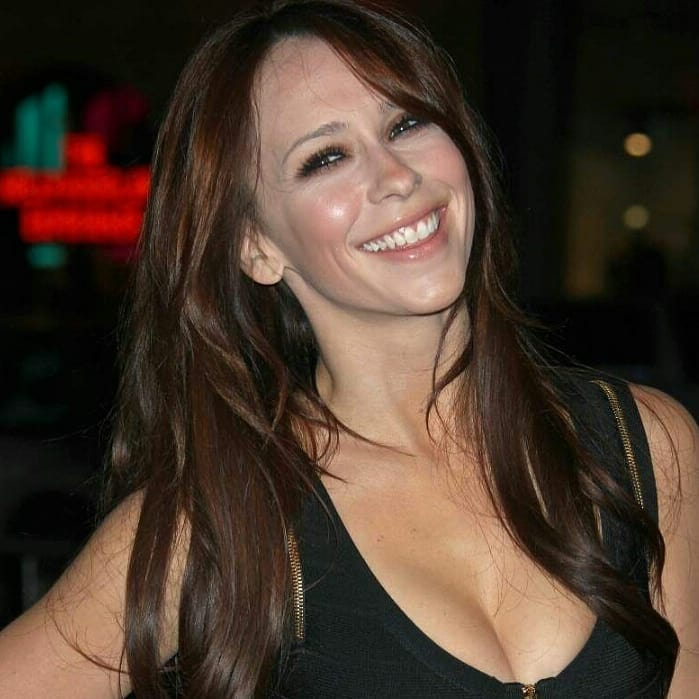 Jennifer Love Hewitt Looks Hot in Black Outfit