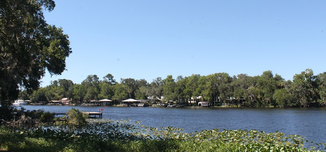 El Saint Johns River entre los condados de Volusia y Lake en Astor