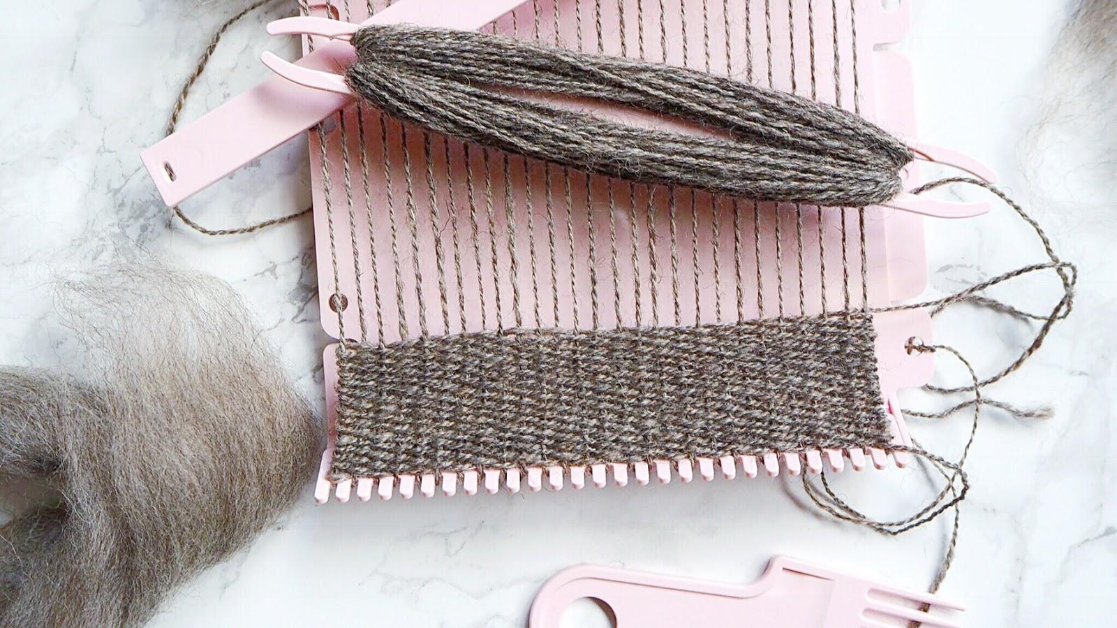 Clover Miniwebrahmen (Mini loom) mit handgesponnenem Garn