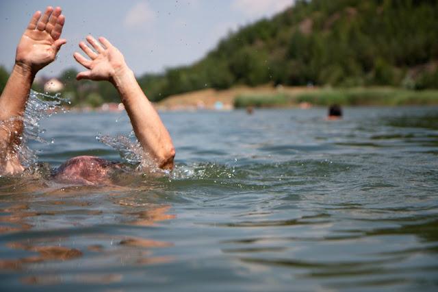 Πλήρωμα του ΕΚΑΒ Αργολίδας έσωσε 65χρονο στην παραλία της Πλάκας στο Δρέπανο