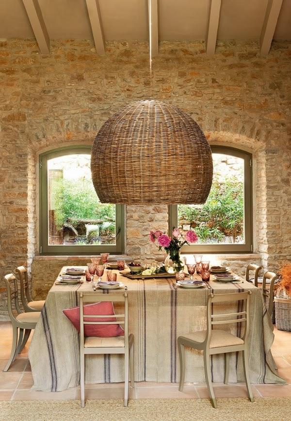 Przytulne mieszkanie w dawnej stajni, wystrój wnętrz, wnętrza, urządzanie domu, dekoracje wnętrz, aranżacja wnętrz, inspiracje wnętrz,interior design , dom i wnętrze, aranżacja mieszkania, modne wnętrza, styl rustykalny, styl klasyczny, stare domy, jadalnia, wiklinowa lampa