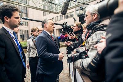 Orbán Viktor újságíróknak nyilatkozik — Fotó: Szecsődi Balázs/Miniszterelnöki Sajtóiroda