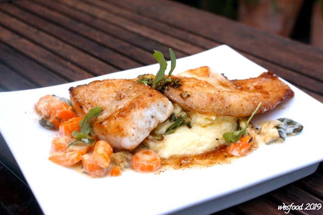 Fischteller mit Möhren-Zucchini-Gemüse und Kartoffelpüree