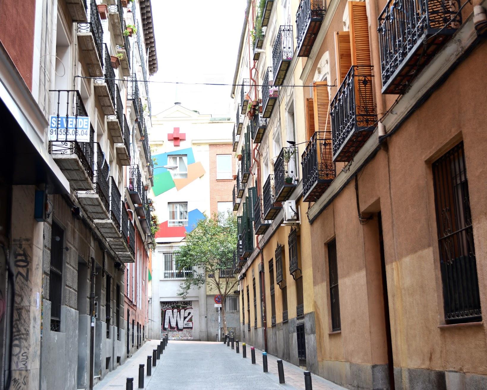 La Cruz Roja, Por Calle San Bernardo, Metro Noviciado, calles de Madrid, Madrid streets
