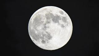 चंद्र पर्वत या चंद्र क्षेत्र शुक्र पर्वत के विपरीत भाग में, हथेली के मूल स्थान पर , मस्तिष्क रेखा के अंतिम सिरे से नीचे माना गया है।