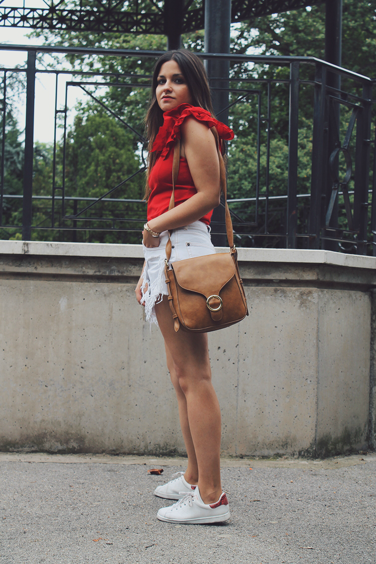 look moda con top de volantes shorts blancos y zapatillas