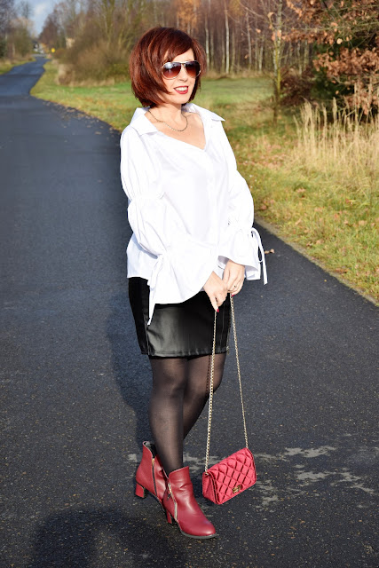 TWINKLEDEALS | biała bluzka, bordowe botki i torebka.