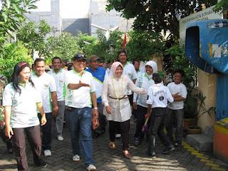 Ibu TRI RISMAHARINI, Walikota Surabaya, melakukan visit area saat acara Road Show SGC 2010 di Kelurahan Gundih