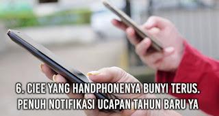 Ciee Yang Handphonenya Bunyi Terus. Penuh Notifikasi Ucapan Tahun Baru Ya?