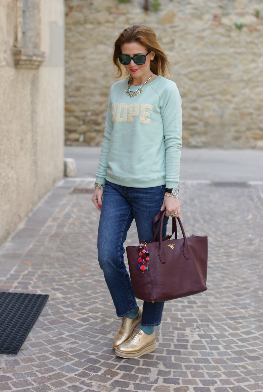 Simple casual outfit with Lorenzo Mari golden brogues on Fashion and Cookies fashion blog, fashion blogger style