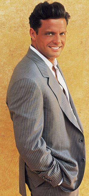 Foto de Luis Miguel con terno