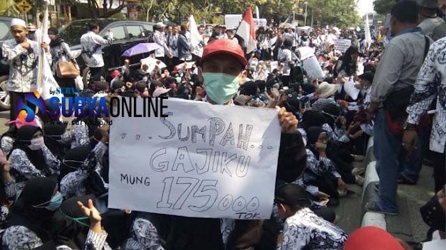 Jokowi Kaget Masih Ada Guru Bergaji 300 Ribu, Warganet: Makanya Jangan Kabur Waktu Didemo