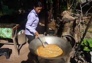 Cocinando azúcar de palma.