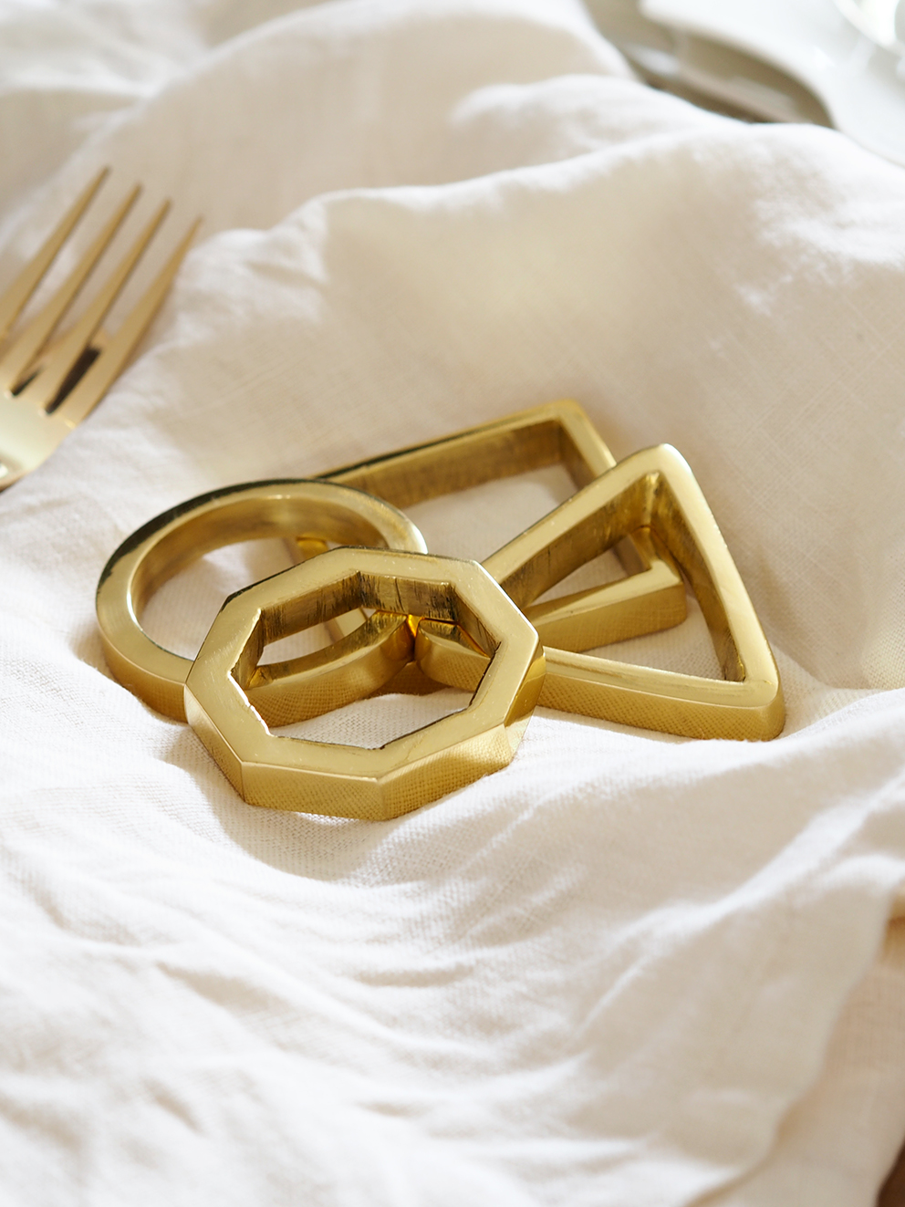 My Summer Dining Room - French For Pineapple Blog - close up of geometric brass napkin rings sitting on linen napkins