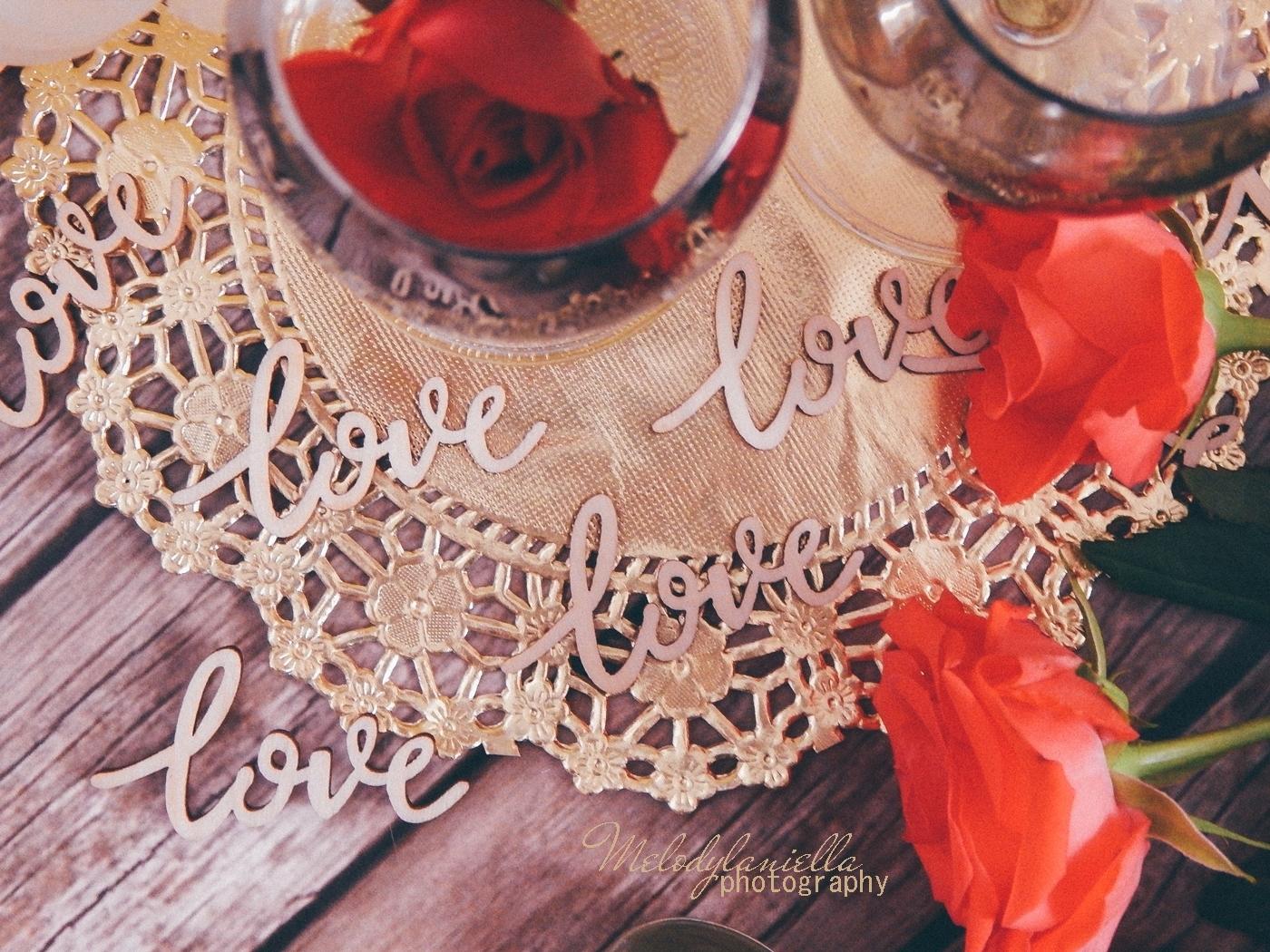 7 partybox ozdobne talerze z efektem marmuru złote sztućce róże drewniane dodatki drewniane konfetti love napisy na ślub wesele rocznice zaręczyny tiul organza