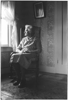 nenek yang menunggu-nunggu