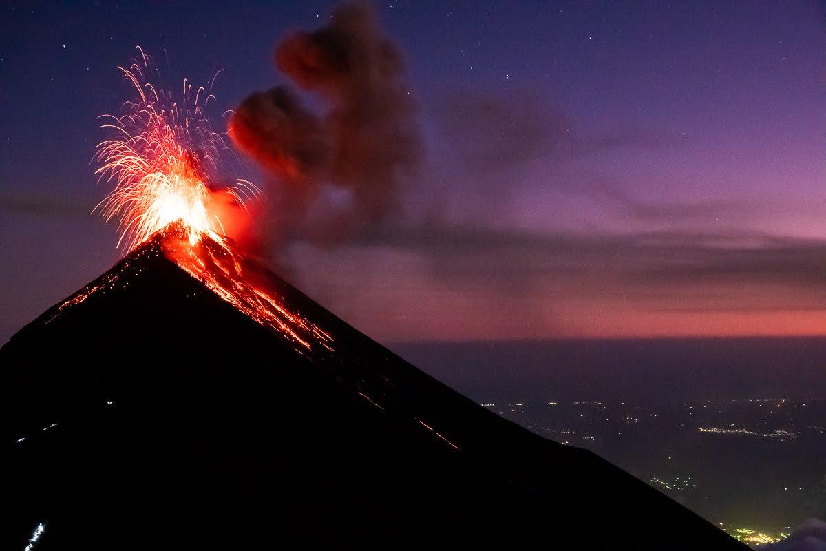 你問我瓜國有什麼?除了,最有名的馬雅遺跡蒂卡爾(Tikal),還有超熱門的「阿卡特南戈火山(Volcán Acatenango)」健行!看見了地球的怒吼──火山爆發