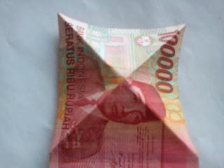 Seni melipat uang kertas bentuk hati atau love
