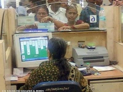 Lustige Bilder Arbeiten im Büro am Computer spielen und Kunden warten lassen - lachbild
