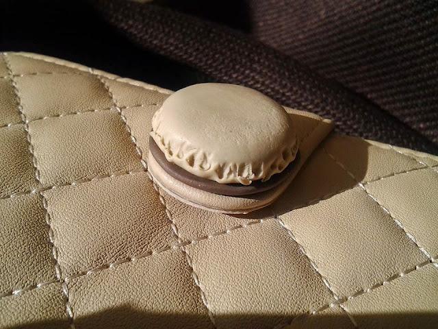 Dettaglio chiusura portafoglio Macarons in fimo