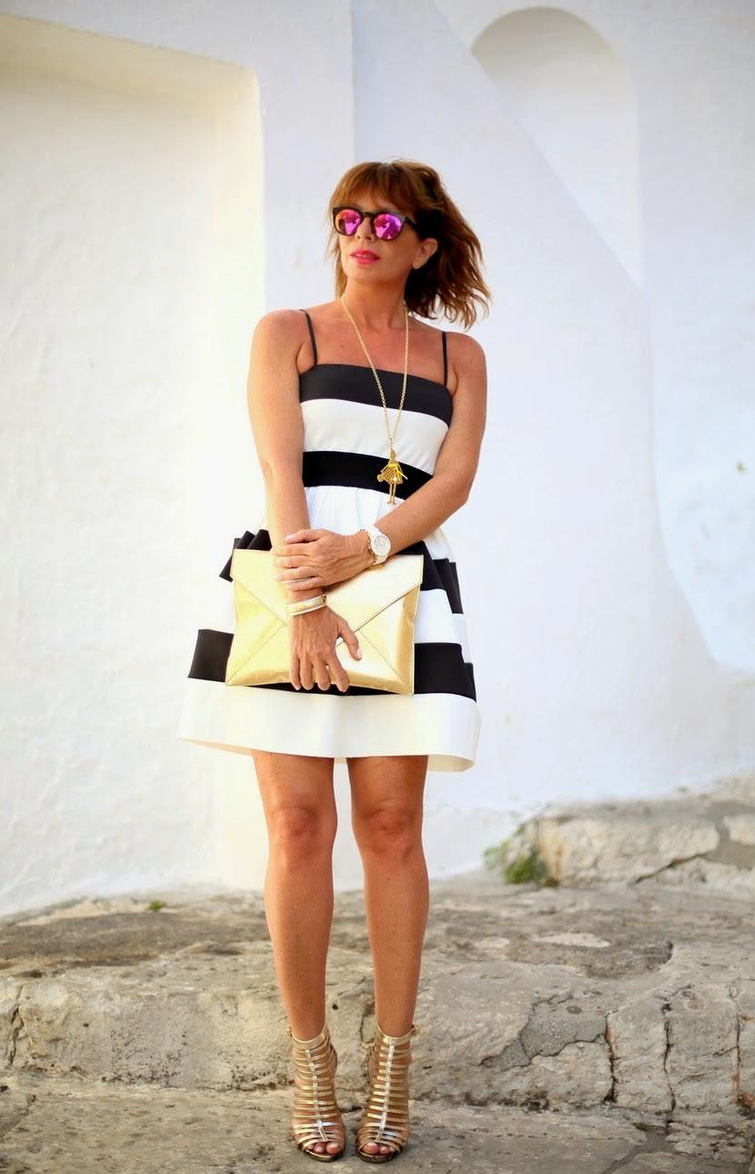vestito a righe con accessori oro