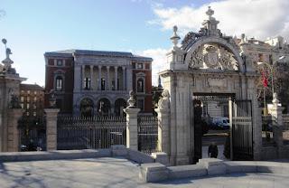 La puerta es de granito con diversas molduras, adintelada y con un arco superior que encierra el escudo y adornos calados. Sobre el arco dos cuernos de la abundancia, un jarrón superior y dos a los lados.